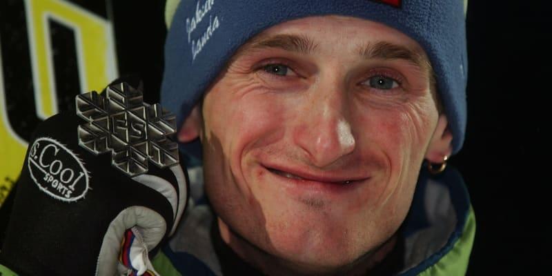 Jakub Janda se raduje ze zisku stříbrné medaile v závodě na středním můstku na mistrovství světa v Oberstdorfu 2005.