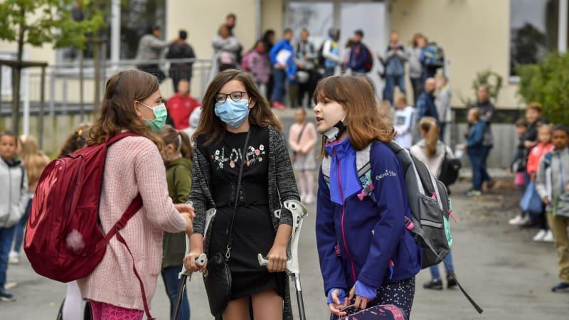 Děti bez testů a roušky jen na chodbách. Základní škola v Semilech chce jít proti nařízení