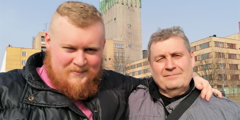 Daniel a Eduard Smužovi po poslední šichtě na Dole Darkov v Karviné. V pozadí skipová těžní věž.