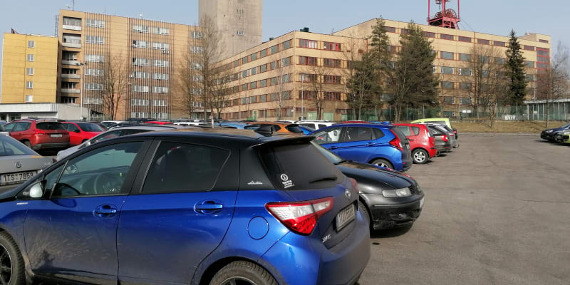 Poslední šichta, automobily havířů před ukončením ranní směny v Dole Darkov v úterý 23. února.