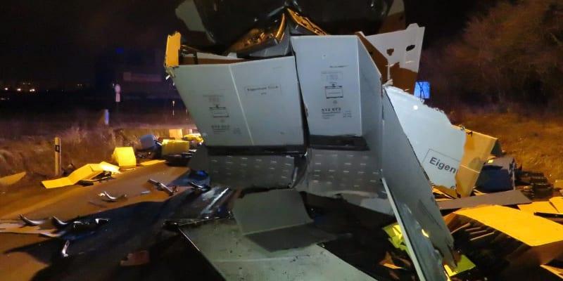 Řidič převážel kontejnery a papírové krabice, ve kterých vezl různé náhradní díly do automobilů.