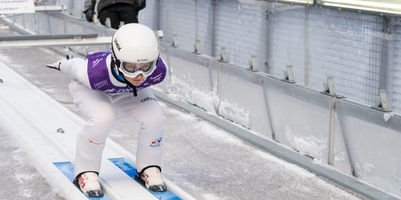 Klára Ulrichová se připravuje na odraz při mistrovství světa v Lahti.