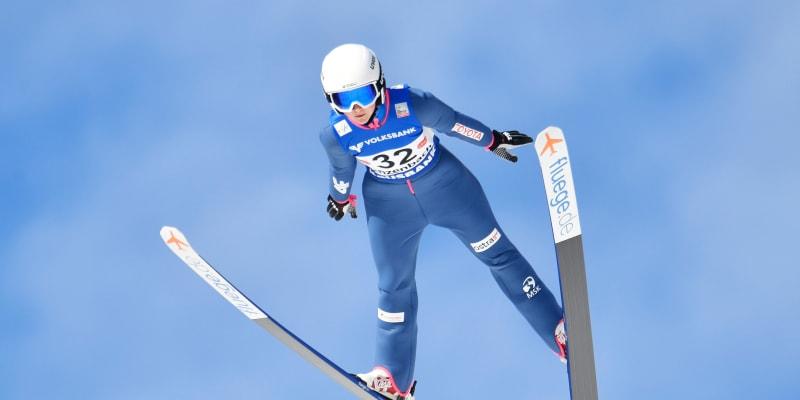 Klára Ulrichová skáče při závodech v Rakousku.