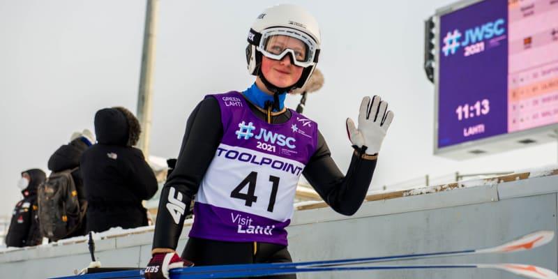 Klára Ulrichová mává při juniorském mistrovství světa 2021 v Lahti.