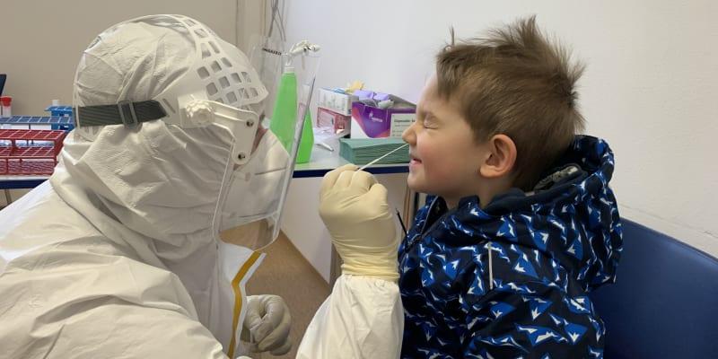 Odebrat vzorek pro test na koroanvirus není příjemné pro dospělého, natož pro dítě.