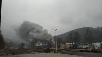 Rozsáhlý požár v Chrastavě, platí zvláštní stupeň poplachu. Hrozí výbuch, vlaky stojí