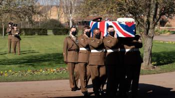 Británie se rozloučila s hrdinou Tomem Moorem. I bez davů měl okázalý pohřeb