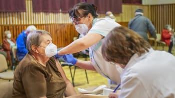 Registr očkování se nově otevírá lidem nad sedmdesát let. Prioritu má vyšší věk