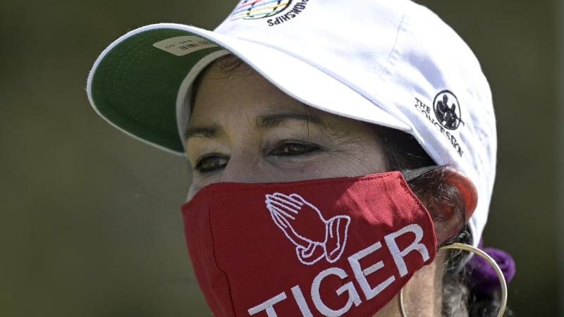 Golfista Woods už po nehodě komunikuje. Lidé na jeho podporu oblékají červená trika