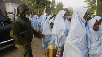 Unesené školačky jsou na svobodě. Tři stovky dívek odvezli přímo ze školy v Nigérii