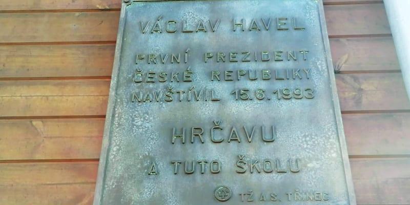 Pamětní deska na hrčavské škole