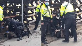 Neklekejte jí na hlavu. Policisté v Ostravě tvrdě zasáhli proti ženě s dítětem