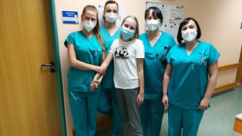 Třináctiletá Bára byla po covidu v umělém spánku, selhávaly jí orgány