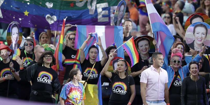 Lidé cestou k hřišti protestovali za práva pro lesby a gaye.