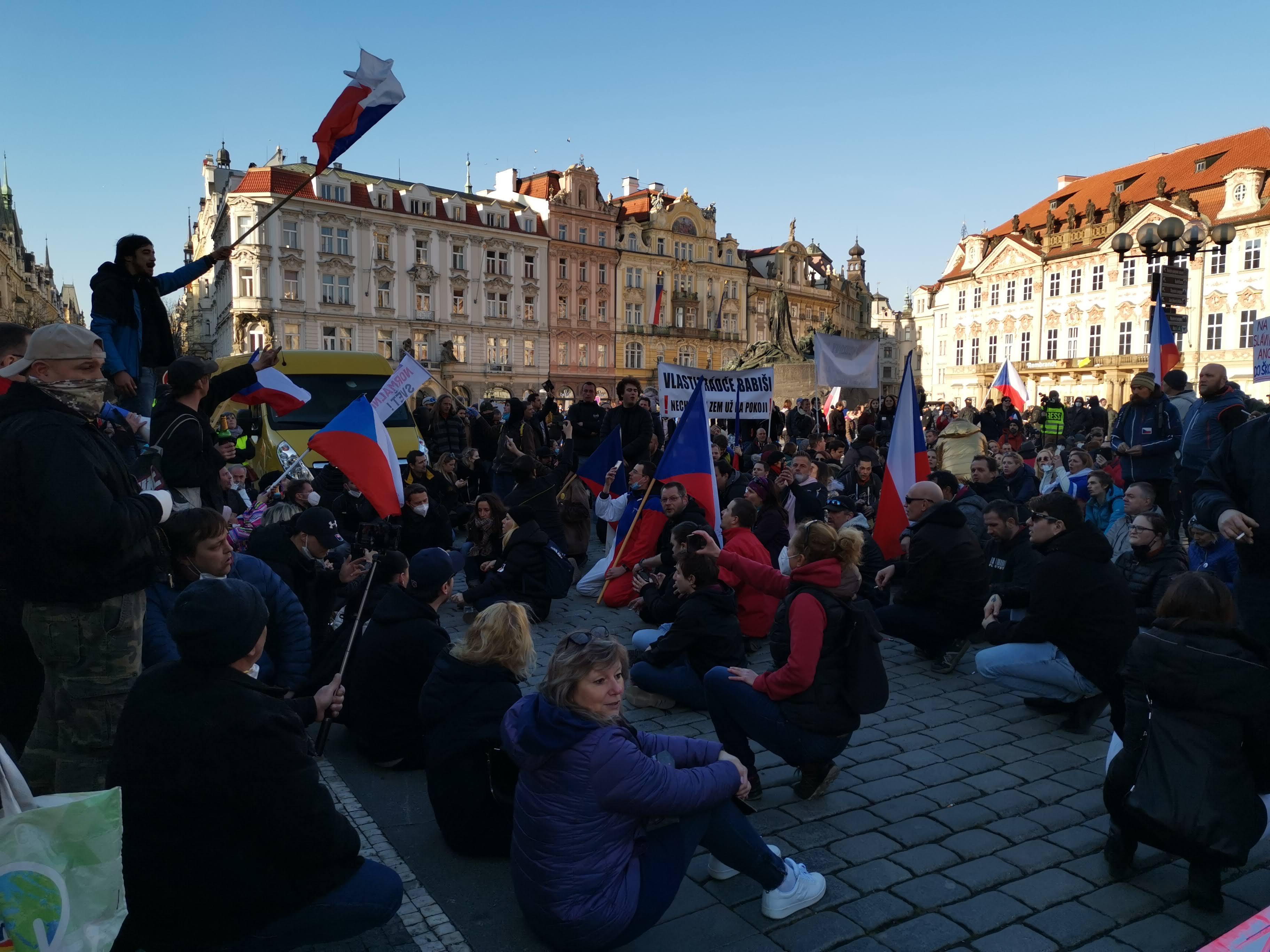 V neděli v Praze proběhly dvě demonstrace. Obě po pár minutách ukončila policie