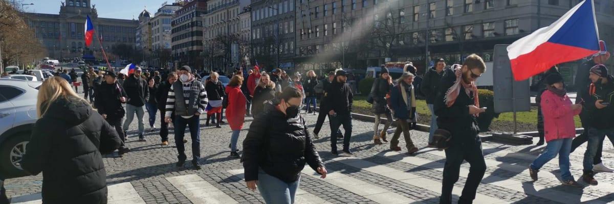 Sledujte ŽIVĚ: Rozhořčení demonstranti se přesouvají na Staroměstské náměstí