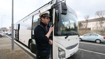 Policisté otáčí první autobusy mířící na demonstrace v Praze. Nemohou projet