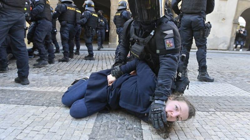 Obušky, dýmovnice, nadávky. V centru Prahy se demonstrovalo proti opatřením
