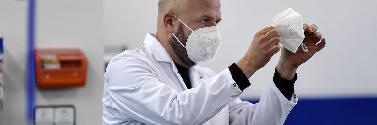 Miliony respirátorů FFP2 nechrání proti koronaviru. Testování nepočítalo s aerosoly