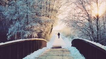 Slunečné dny skončily. V Česku bude zamračeno a chladno, sněžit má jen místy