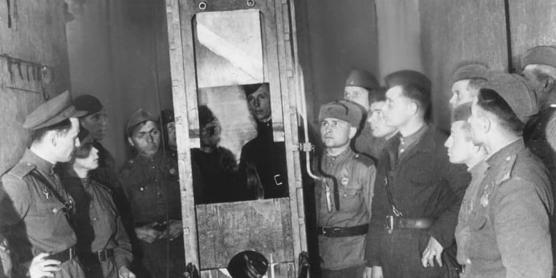 Sovětští vojáci si prohlížejí gilotinu v Plötzensee v květnu 1945.