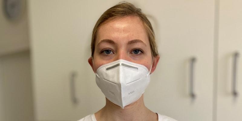 Pětadvacetiletá medička Kateřina Koudelková působila na podzim na covidovém oddělení, poté se přesunula na centrální příjem pražské Fakultní nemocnice Královské Vinohrady.