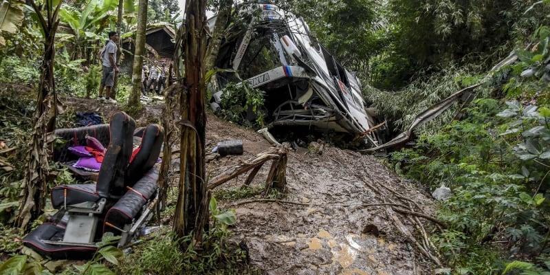 Dopravní nehody jsou na indonéském souostroví vzhledem k zastaralosti vozidel a cest poměrně časté.