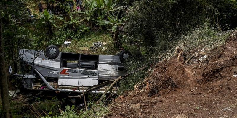 Při havárii autobusu na indonéském ostrově Jáva zemřelo nejméně 27 lidí.