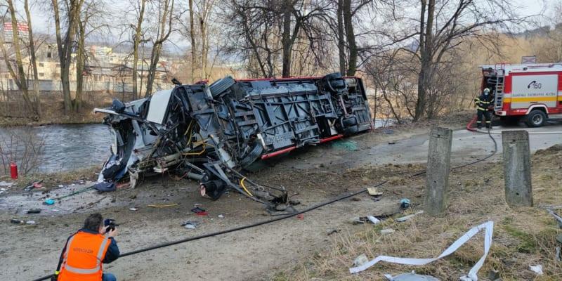 Řidič autobusu a pětapadesátiletá cestující utrpěli těžká zranění.