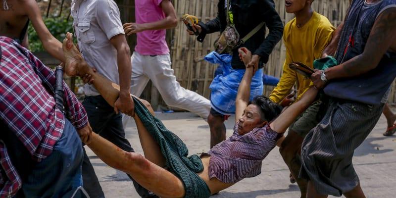V Myanmaru v neděli zemřelo po střetech s policií nejméně 14 demonstrantů.