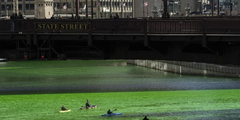 Řeka v Chicagu září zelenou barvou, město slaví Den svatého Patrika.