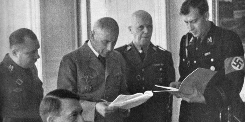 Vůdce a říšský kancléř Adolf Hitler při podpisu Výnosu o vzniku Protektorátu Čechy a Morava, Praha, 16. březen 1939 (zdroj: J. B. Uhlíř, kniha Protektorát Čechy a Morava)