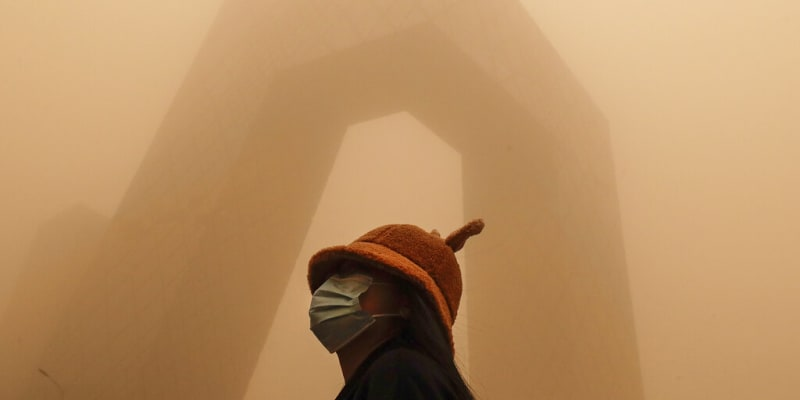 Nejhorší písečná bouře za posledních deset let zasáhla Peking.