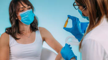 Sledujte ŽIVĚ Hlavní zprávy: Češi naočkovaní v USA. Proč to u nás tak trvá?