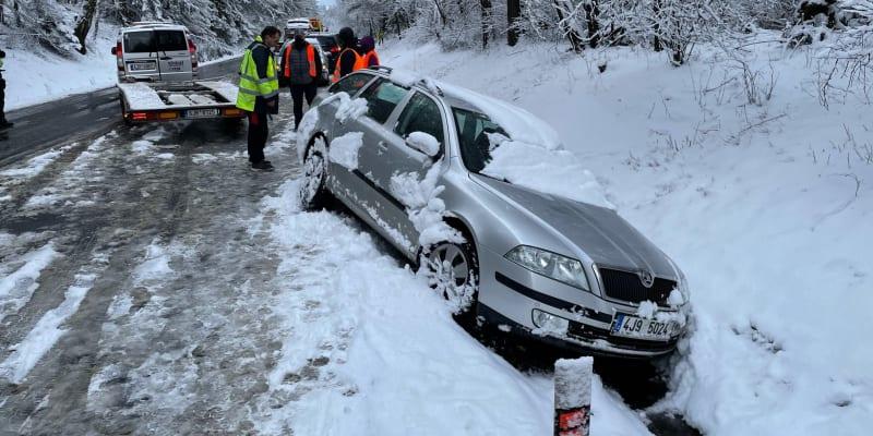U Jihlavy havarovalo kvůli sněžení devět aut, zranění nejsou.