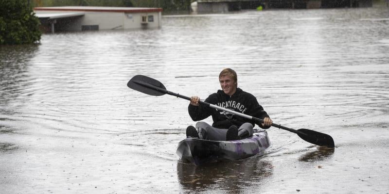 Vytrvalé deště způsobily v Austrálii masivní záplavy.