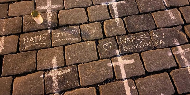 Křížkům přiřazují jména.