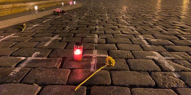 Za zesnulé zapalují svíčky.