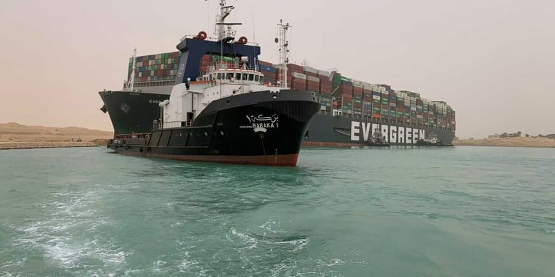 Suezský průplav v Egyptě zablokovala v úterý obří nákladní loď, která najela na mělčinu.