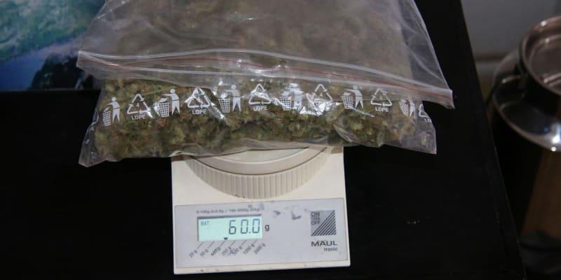 Policisté při domovní prohlídce u 35letého muže našli téměř kilogram sušené marihuany.