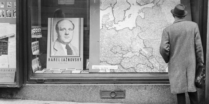 Pocta aktivistickému šéfredaktorovi Českého slova Karlu Lažnovskému ve výloze pražského knihkupectví po jeho smrti v říjnu 1941