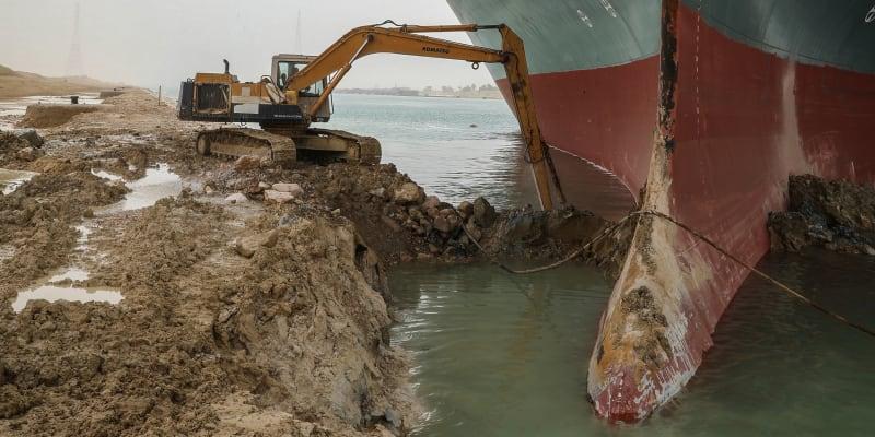 Kontejnerovou loď Ever Given vyprošťovaly také bagry.