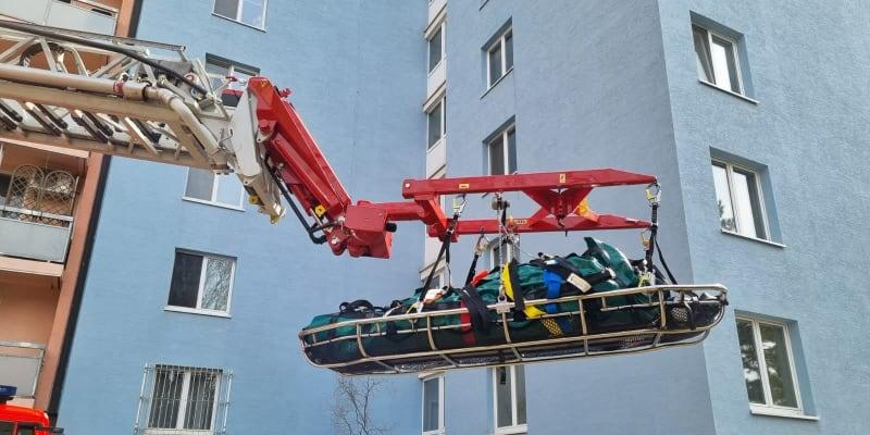 Obézní starší pacientku vytahovali brněnští hasiči oknem.