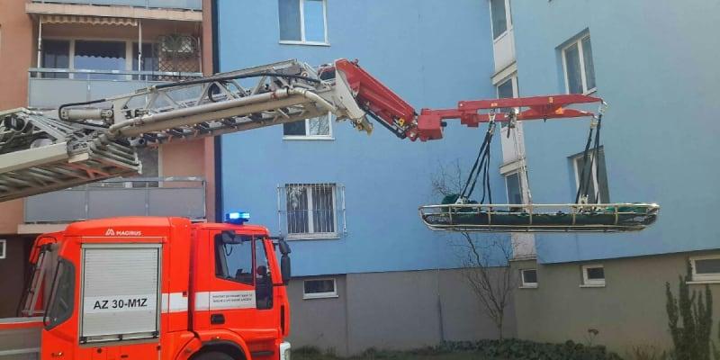 V jednom z panelových domů se starší ženě výrazně přitížilo, proto ji bylo potřeba transportovat do nemocnice.