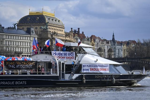 Na Vltavu vyplulo osm lodí s transparenty jako protest proti uzávěře škol za nouzového stavu.