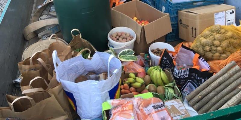 Lidé posílají liberecké zoo tuny potravin pro zvířata.