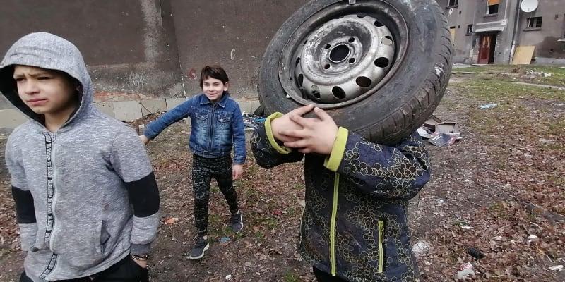 Všední den dopoledne ve vyloučené lokalitě Červený kříž v Ostravě Mariánských Horách. Škola se nekoná.
