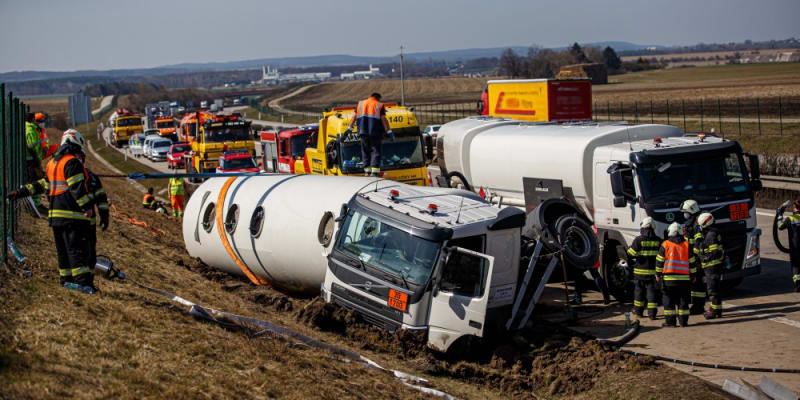 Hasiči Královéhradeckého kraje vyprošťovali havarovanou cisternu na dálnici D11 ve směru na Hradec Králové.
