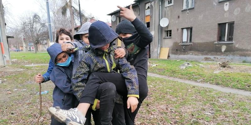 Všední den dopoledne ve vyloučené lokalitě Červený kříž v Ostravě. Škola se nekoná.