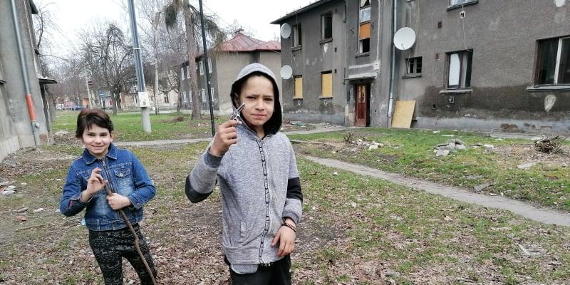 Zastřelím tě! Všední den dopoledne ve vyloučené lokalitě Červený kříž v Ostravě. Škola se nekoná.
